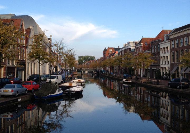 Un canal à Leiden dans la lumière du matin